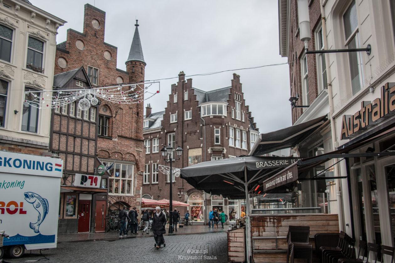 De Moriaan - najstarszy murowany dom w Holandii (po lewej)