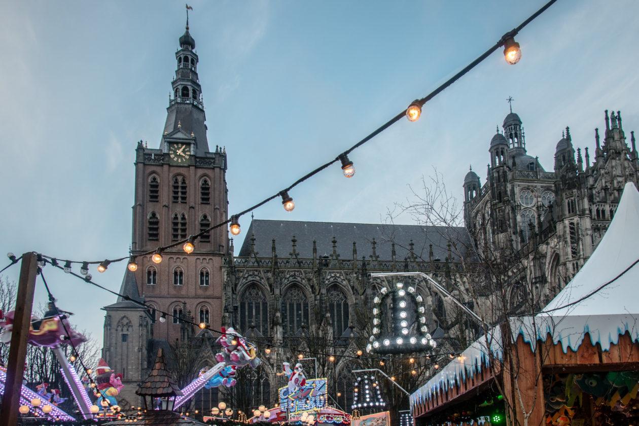 Sint-Janskathedraal - Katedra Św. Jana a przy niej Jarmark Bożonarodzeniowy