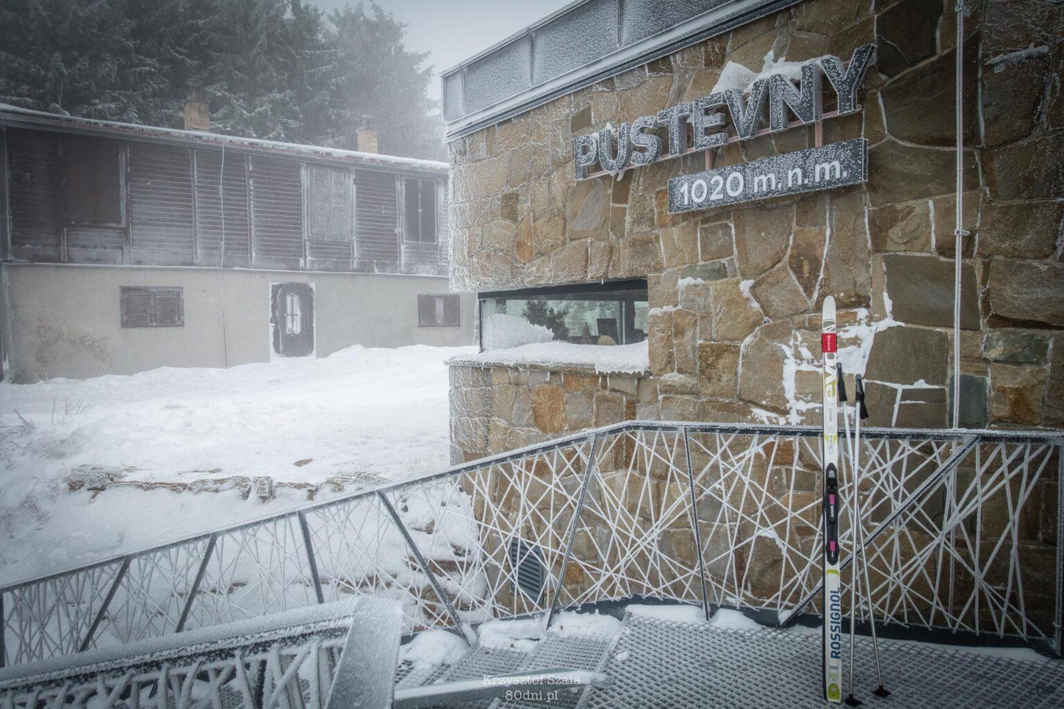Górna stacja kolejki linowej na Przełęcz Pustevny.