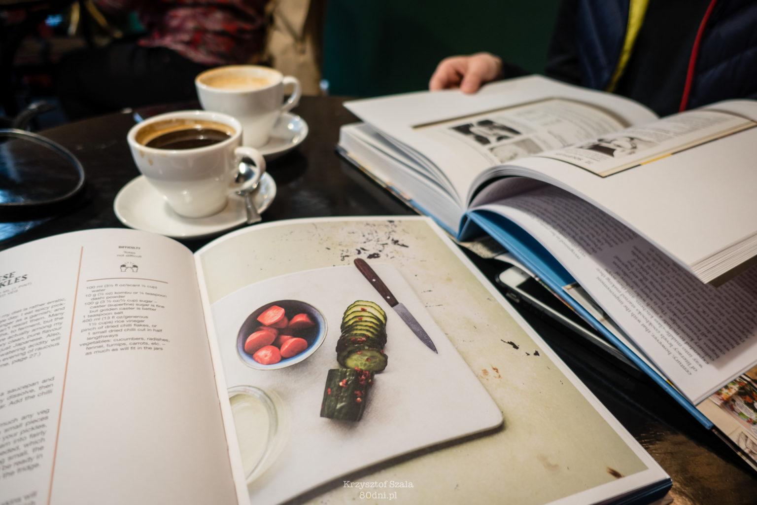 Zdjęcie książek kulinarnych i kawy.