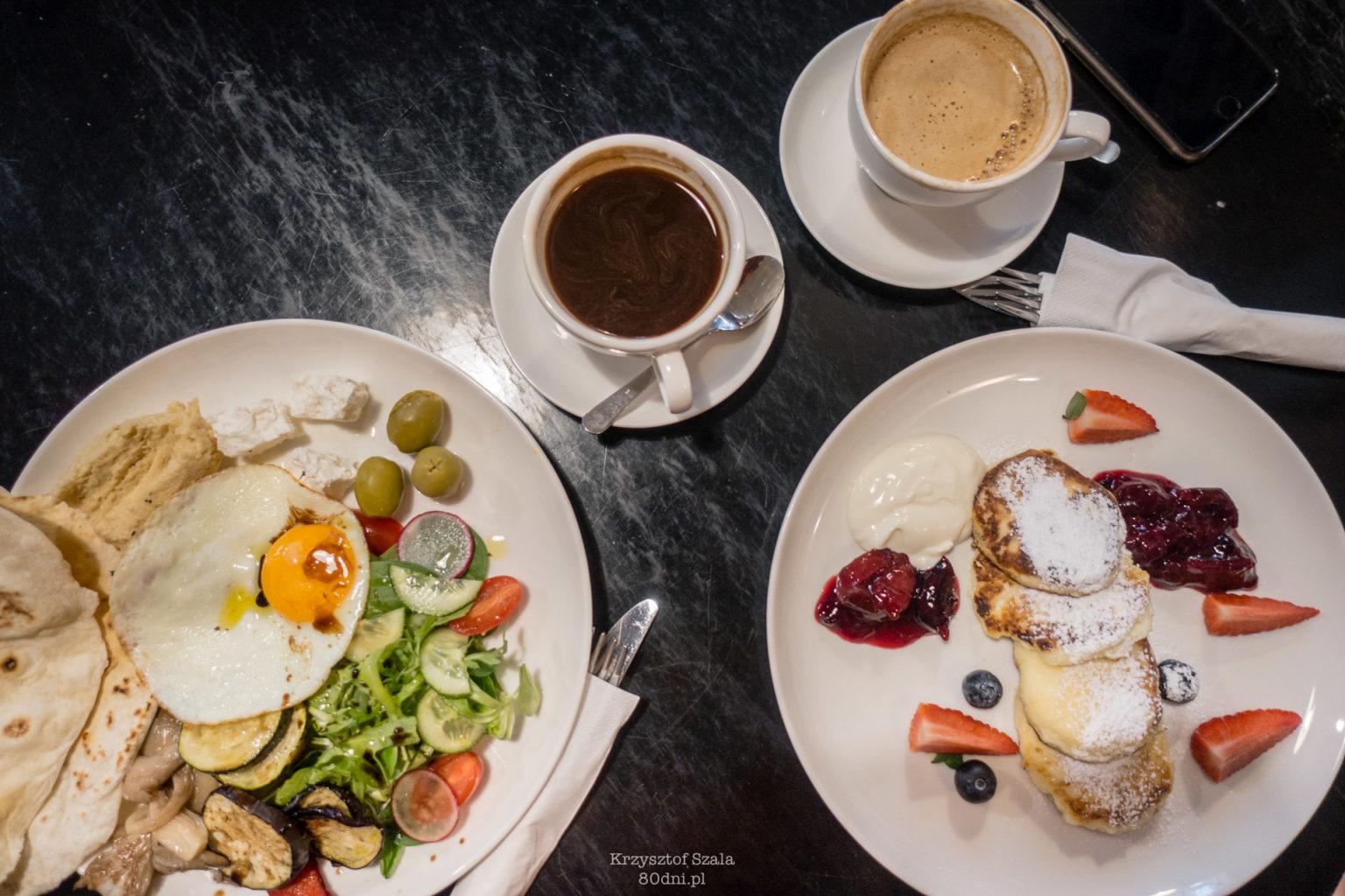 Zdjęcie Talerza Zielonego, Serniczków oraz dwóch kaw.