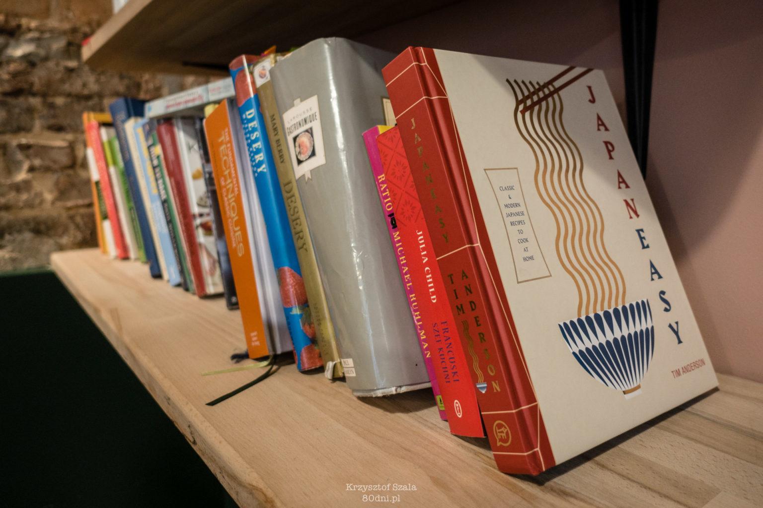 Zdjęcie półki z książkami kulinarnymi.