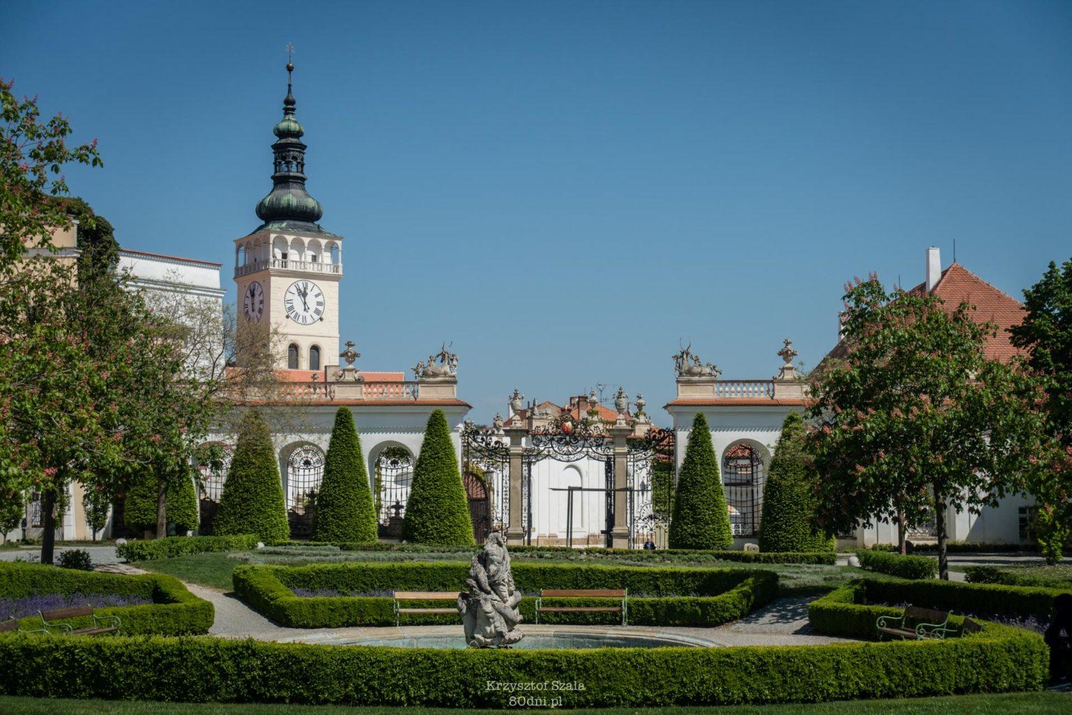 Ogród zamkowy w Mikulovie. W tle wieża kościoła św. Wacława.