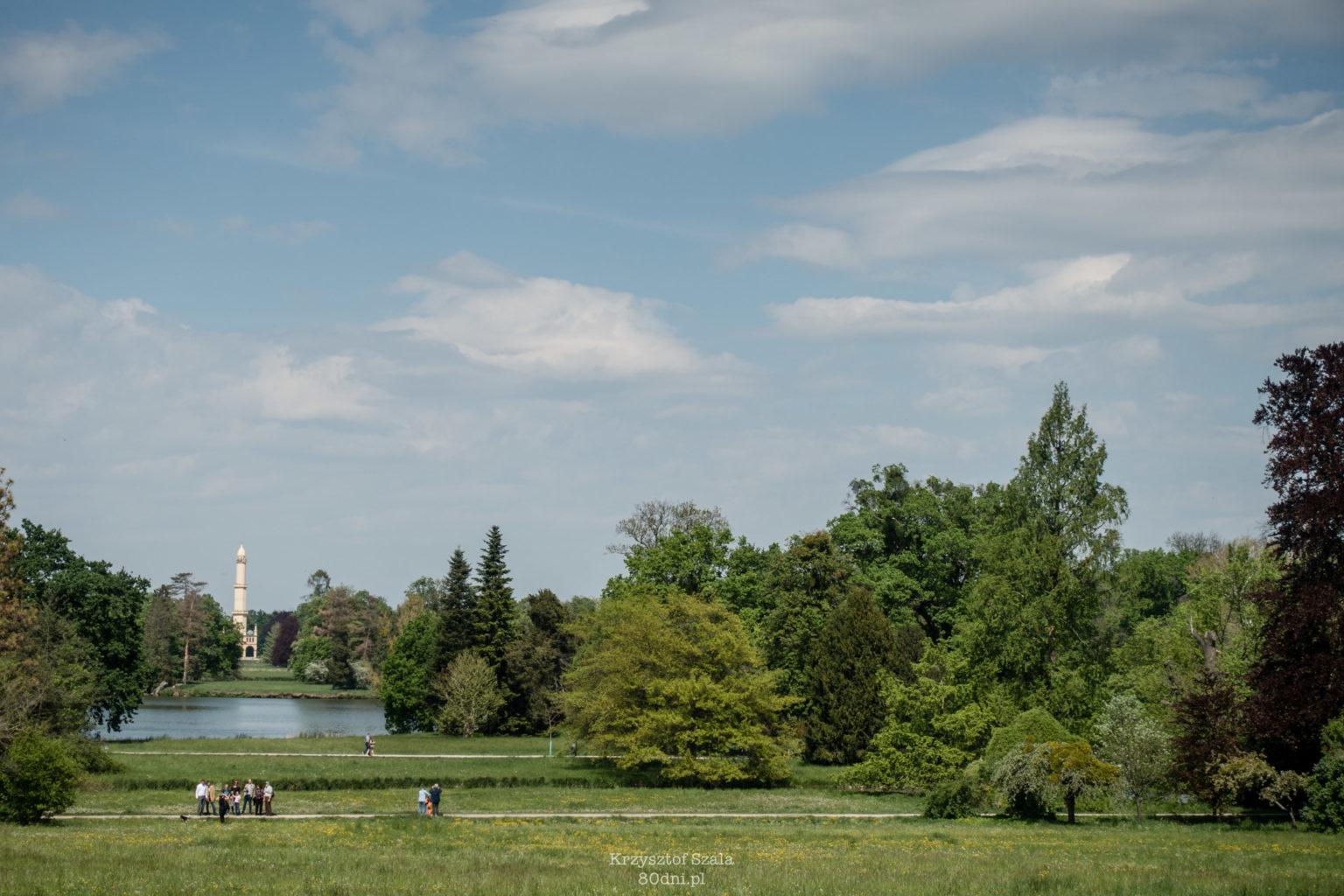 """Park Zamkowy Lednice. W oddali """"minaret"""" inspirowany architekturą krajów arabskich."""