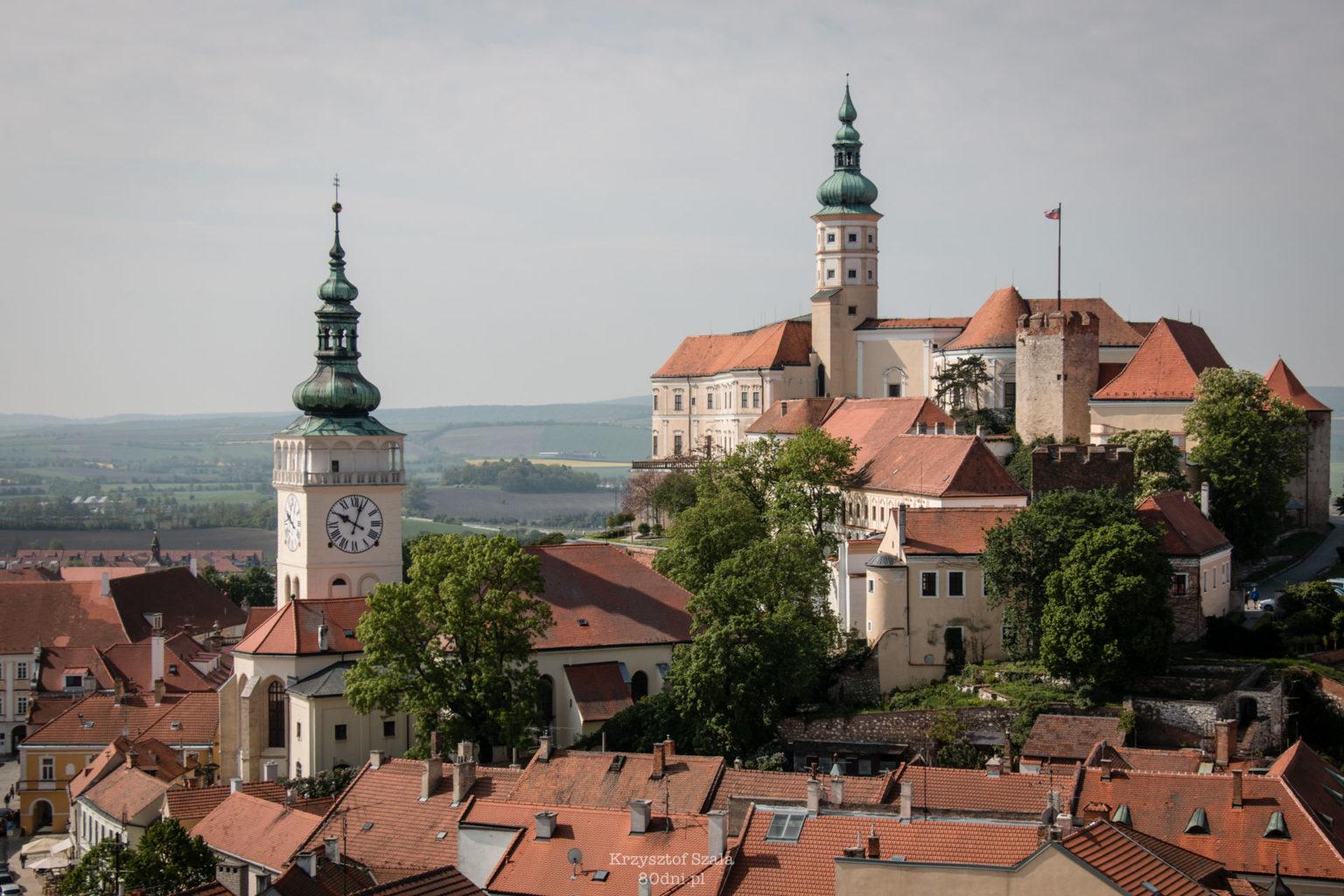 Widok z Koziego Hradku na kościół św. Wacława i Zamek w Mikulovie.