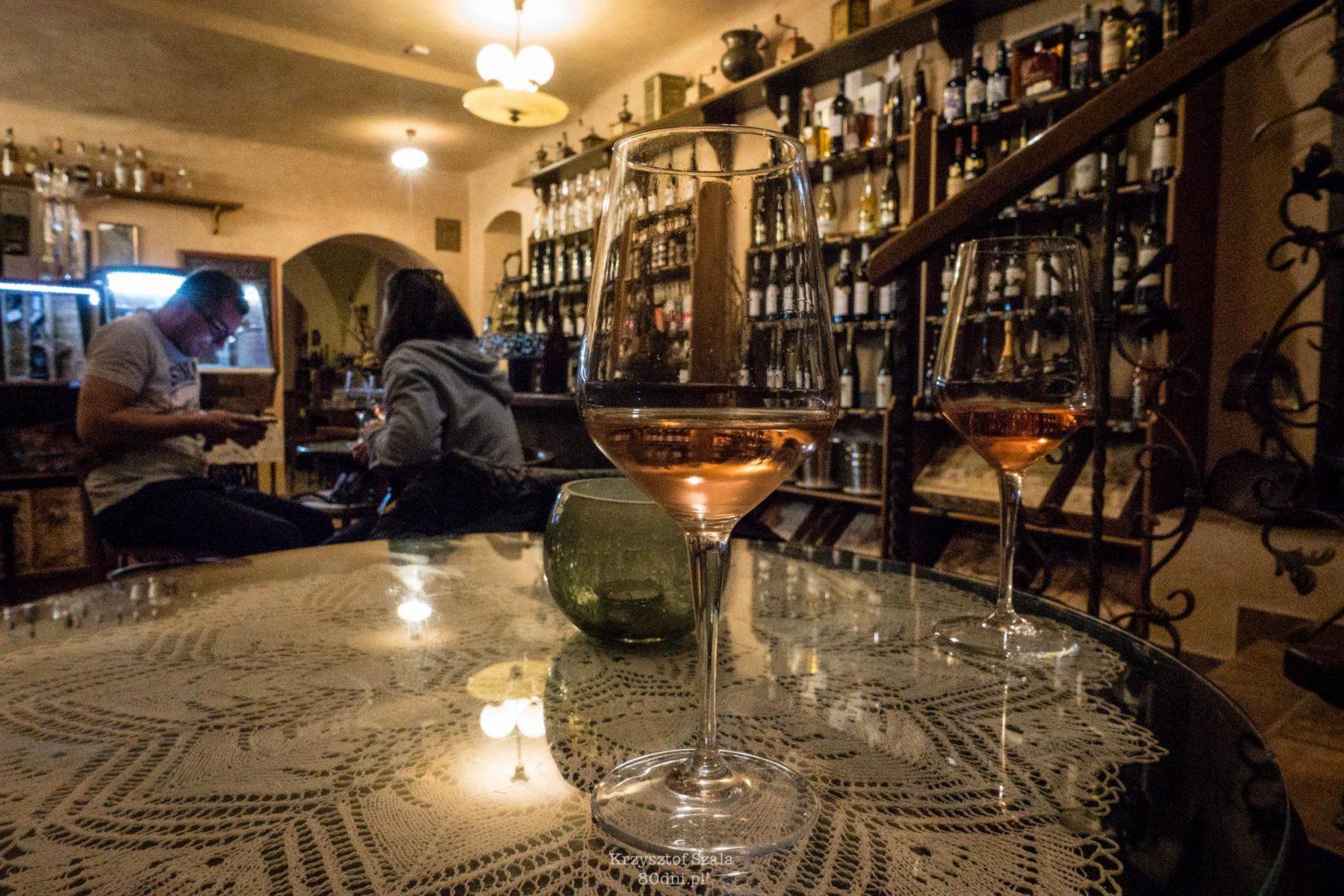 (Ne)vinna kavarna – tutaj pierwszy raz w życiu próbowałem wina bezalkoholowego.