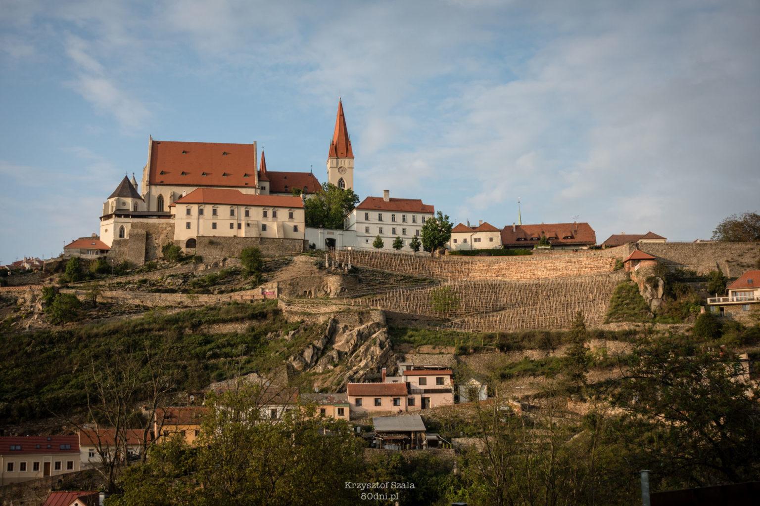 Widok na Kościół św. Mikołaja oraz winorośla rosnące na zboczach Znojma.
