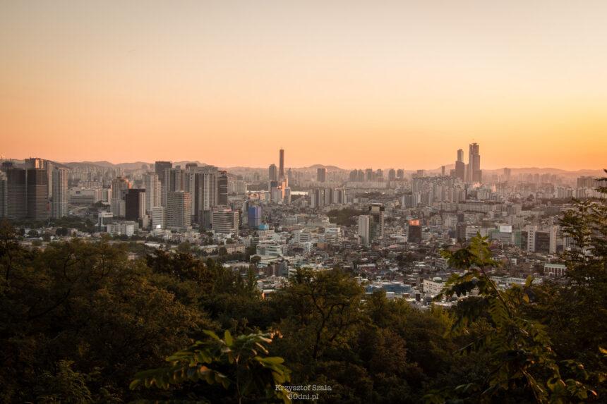 Widok z Góry Namsan jest spektakularny, nawet jeśli nie wyjedziemy na wierzchołek N-Tower.