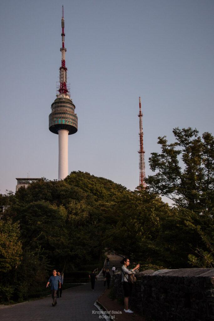 Wieża N-Tower na szczycie Góry Namsan.