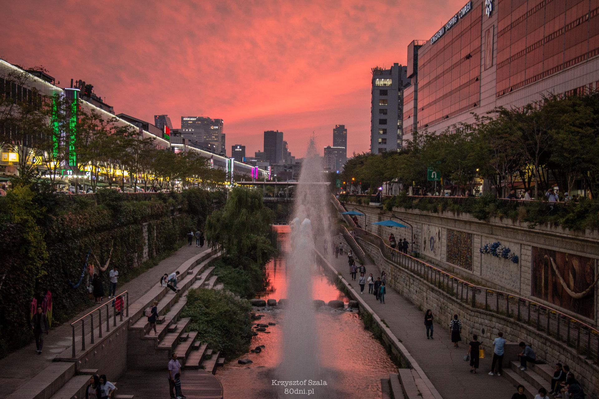 Cheonggyecheon o zachodzie słońca