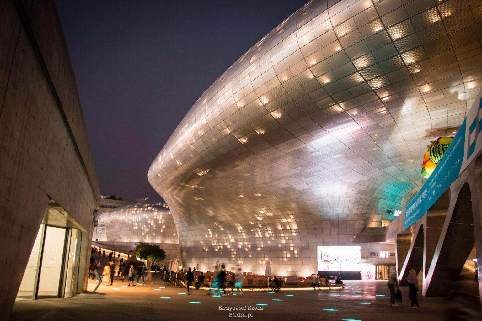 W Seulu nie brakuje futurystycznych budynków. Na zdjęciu Dongdaemun Design Plaza.