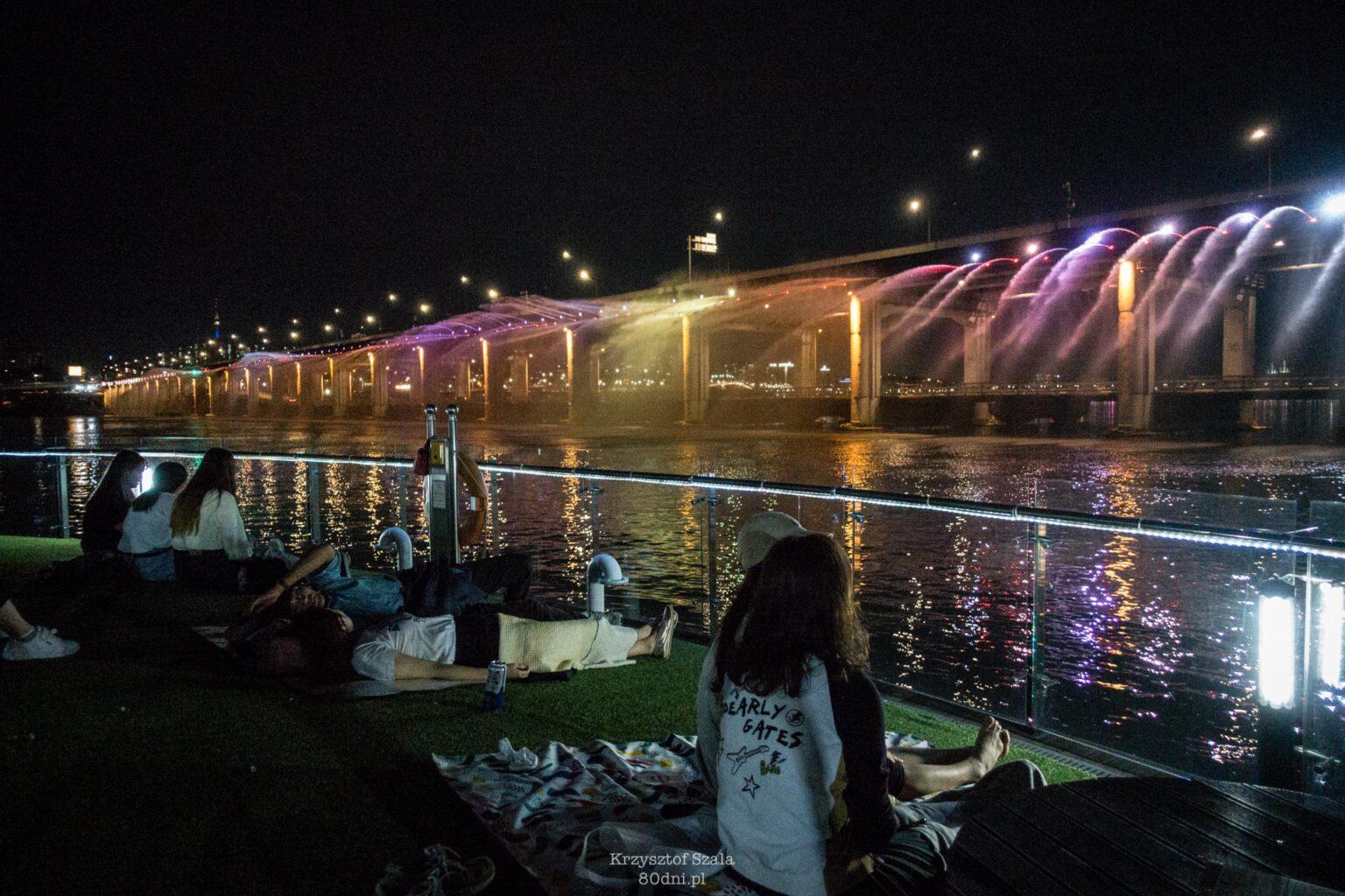 Pokaz fontann na moście Banpo to dla wielu osób okazja do spotkań.