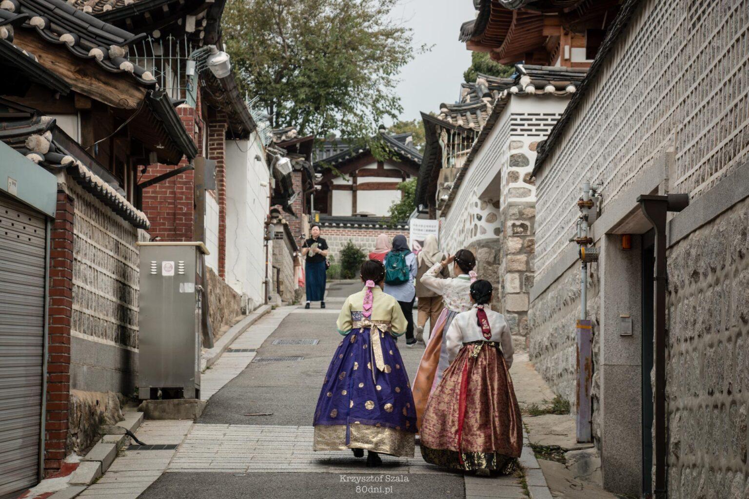 Wśród tradycyjnych hanoków spotkacie sporo osób ubranych w koreańskie stroje – hanboki.