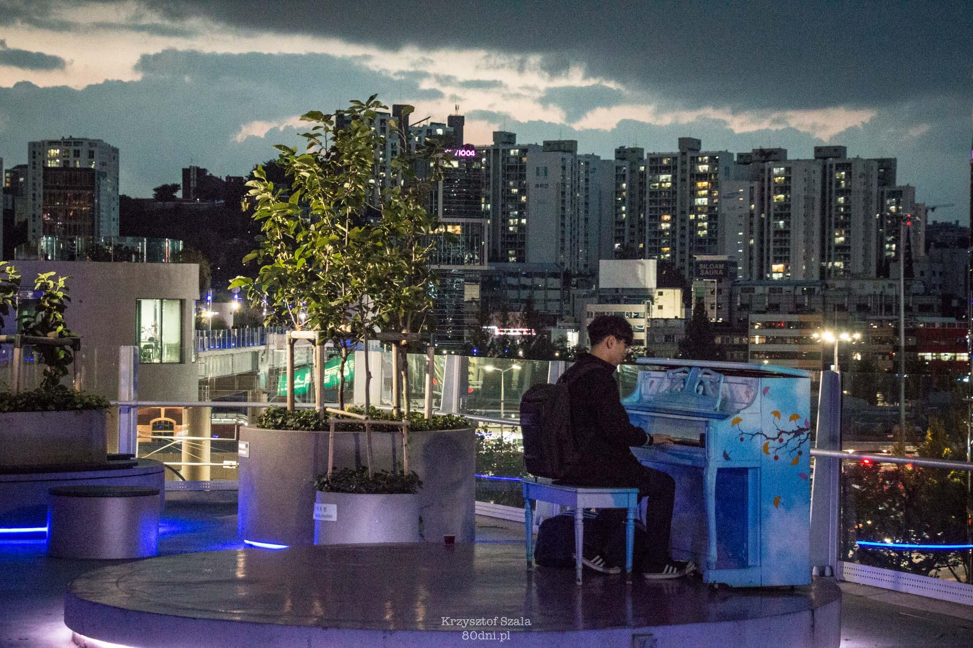 Spacer po Seoullo 7017 umilą nam, przechodnie grający na pianinie.